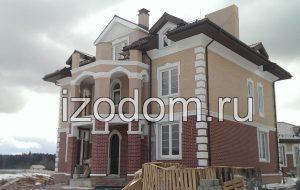 Красивый двухэтажный дом.